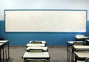 Professores relatam falta de alunos, internet lenta e confusão com aulas a distância